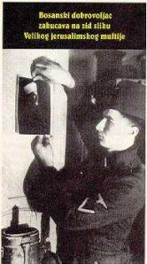 seorang-tentera-nazi-menempelkan-gambar-mufti-al-quds